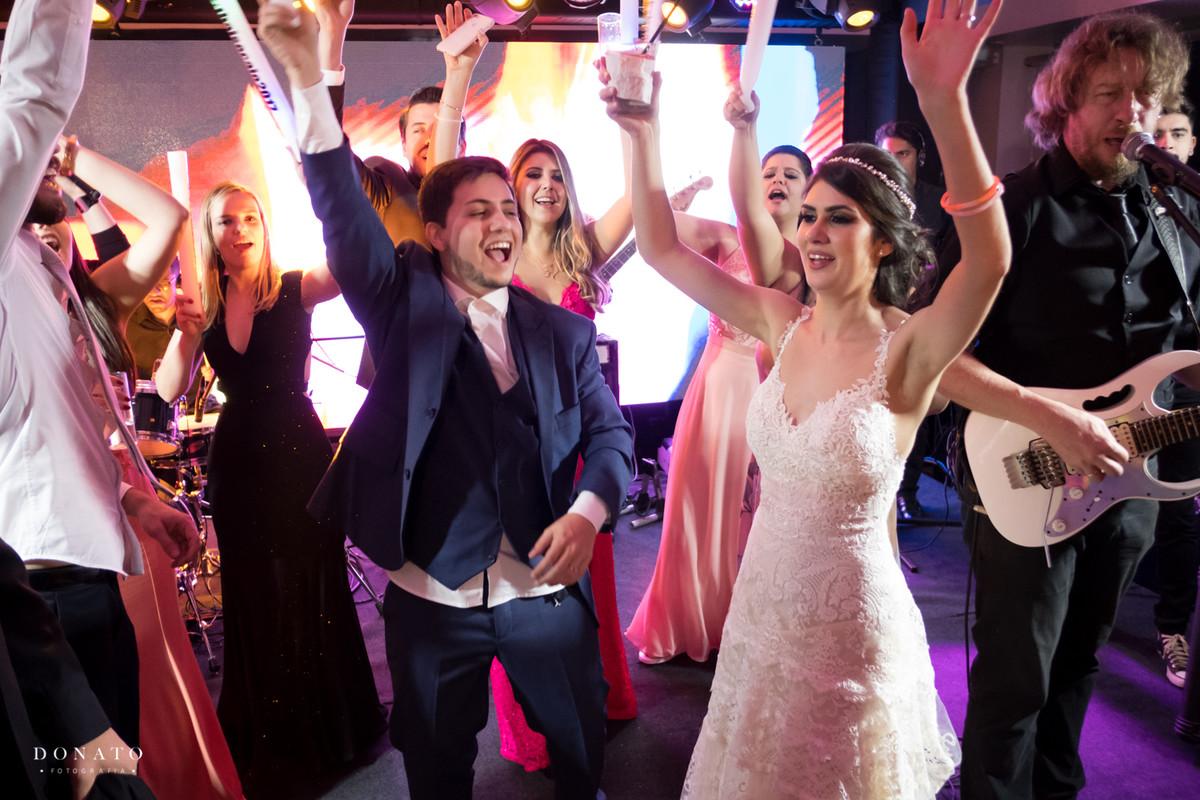 noivos comemoram com seus convidados.