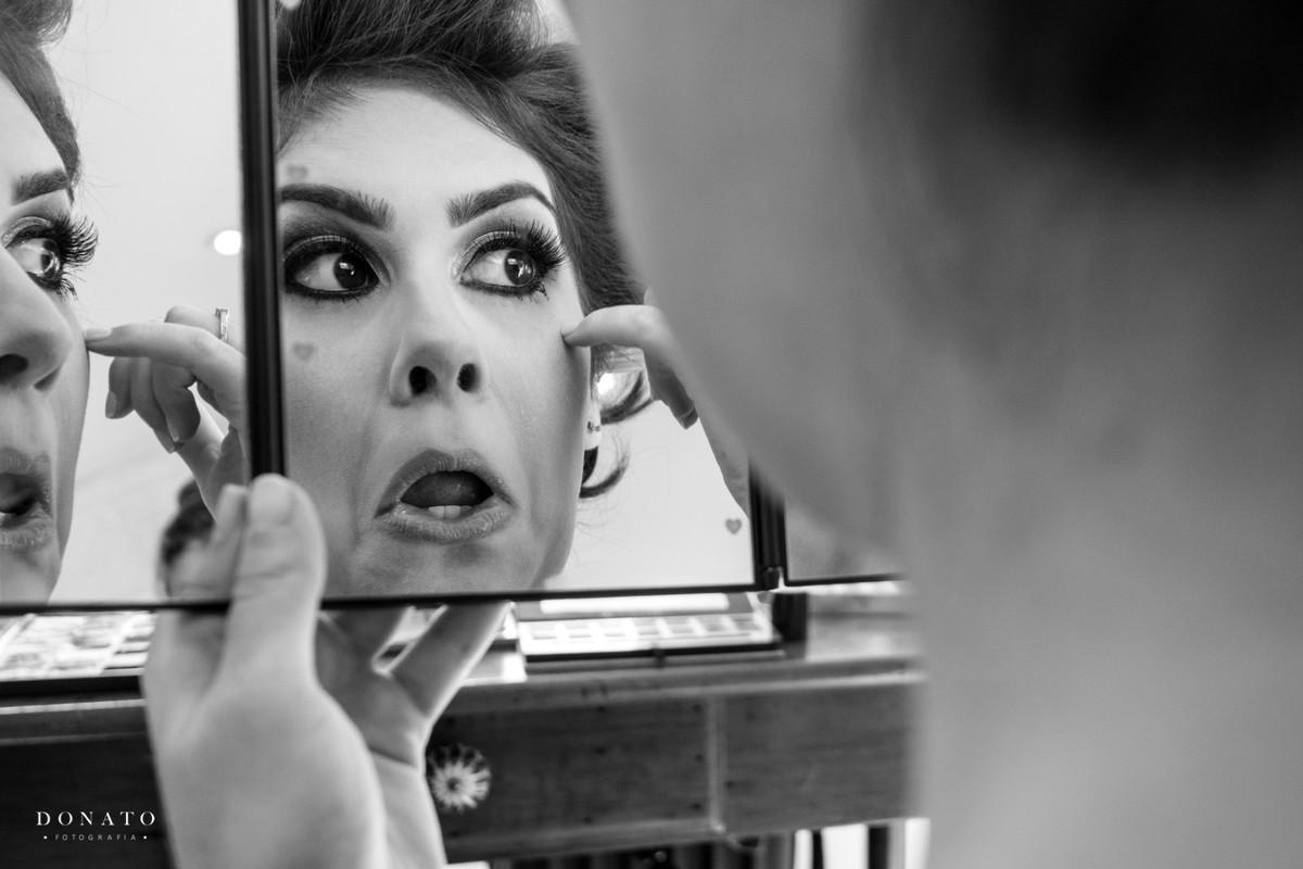 Noiva fazendo a maquiagem com a Evelyn Conversani.