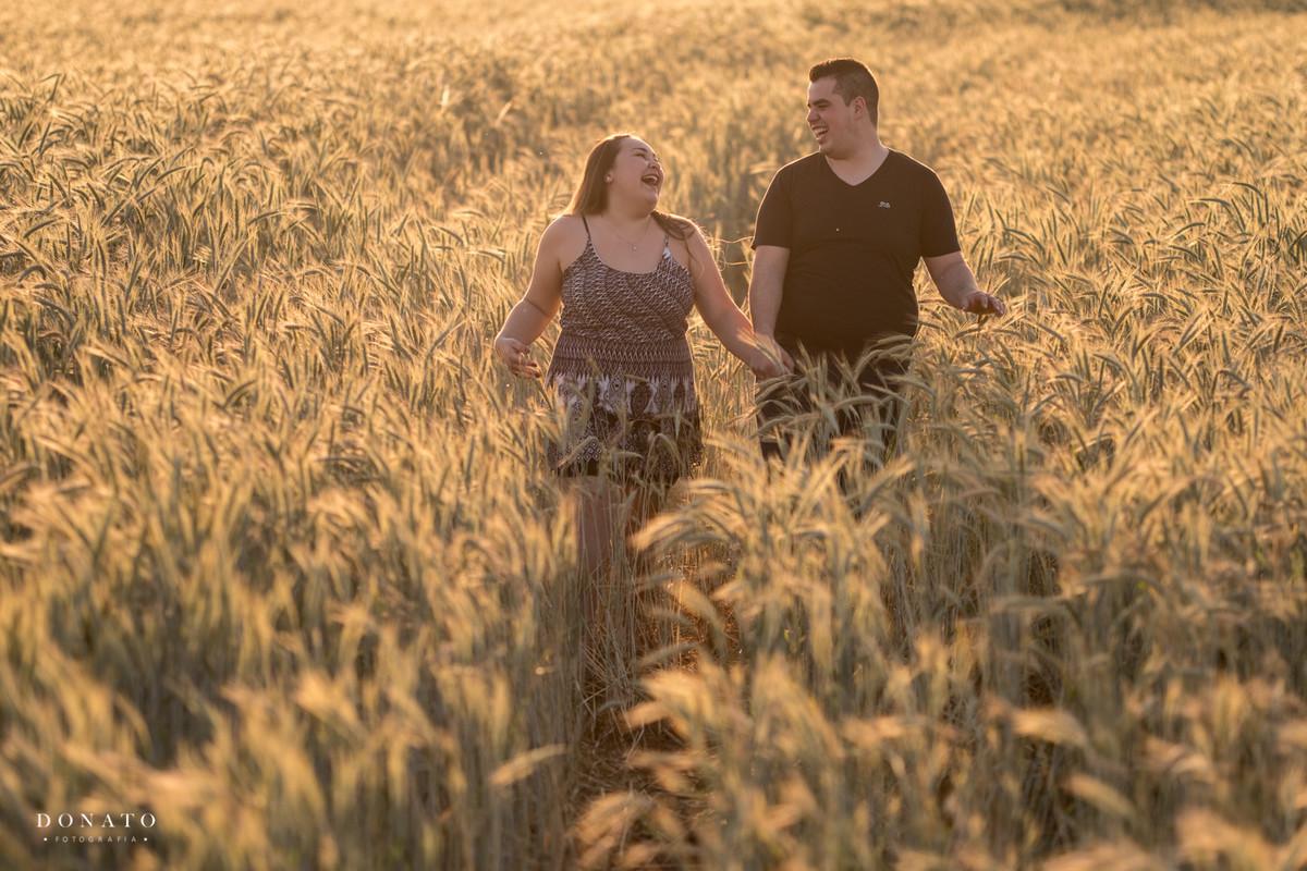 foto divertida no meio do trigo em Holambra