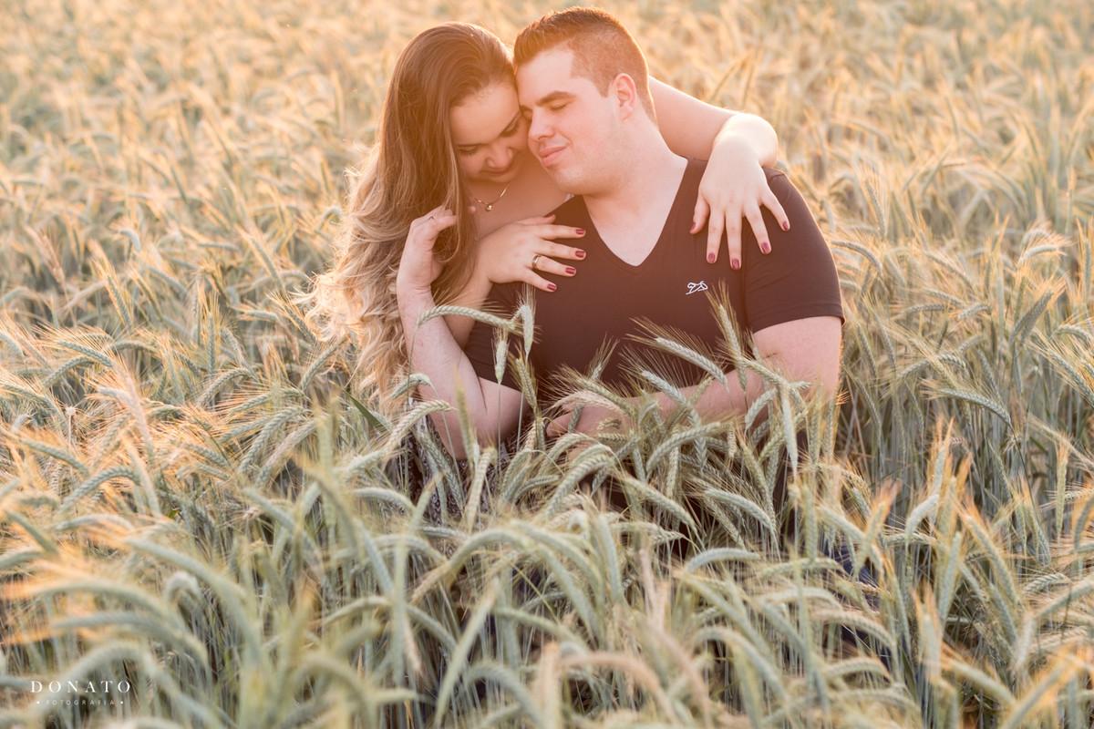 foto romântica no meio do trigo em Holambra