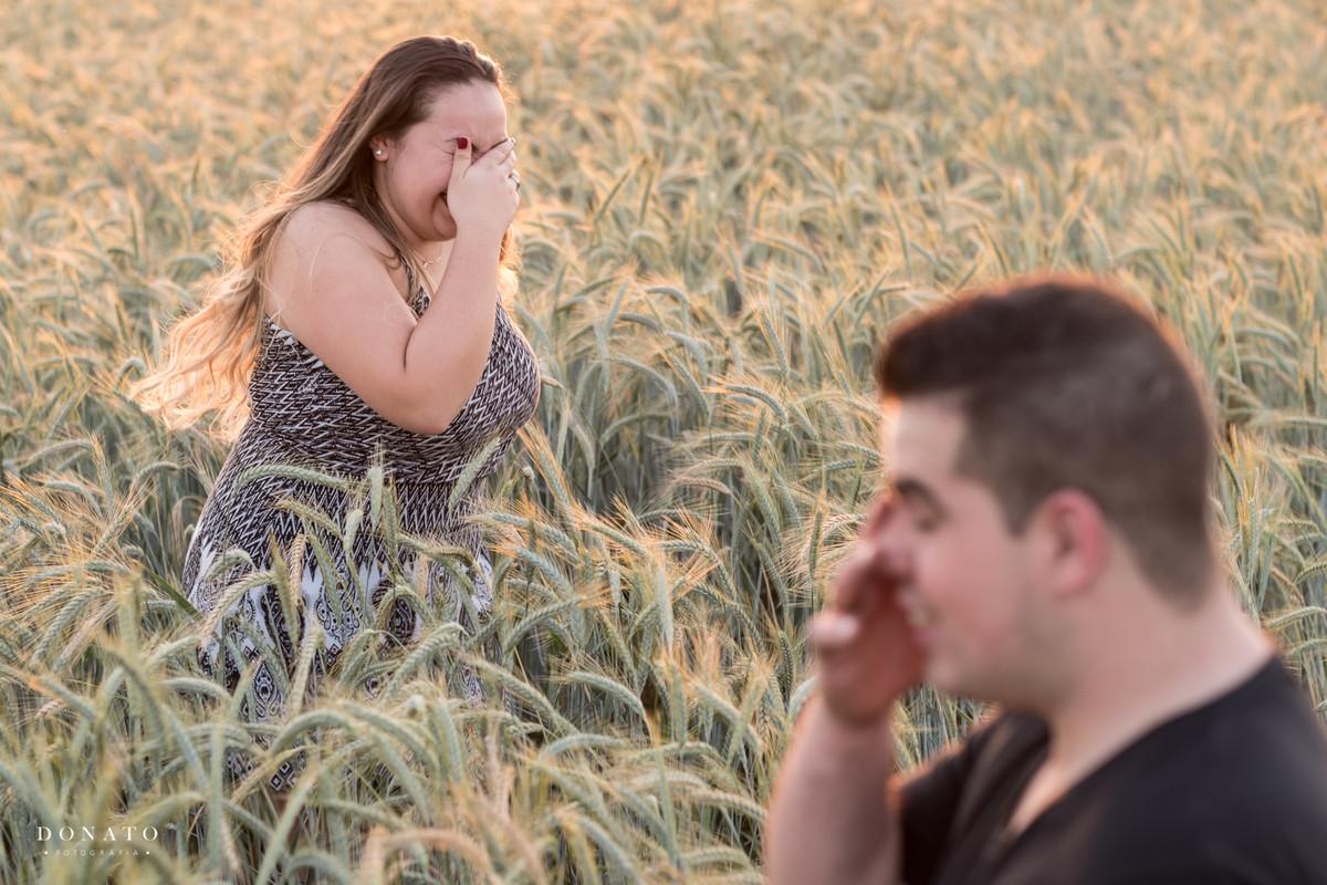 foto engraçada no trigo em Holambra