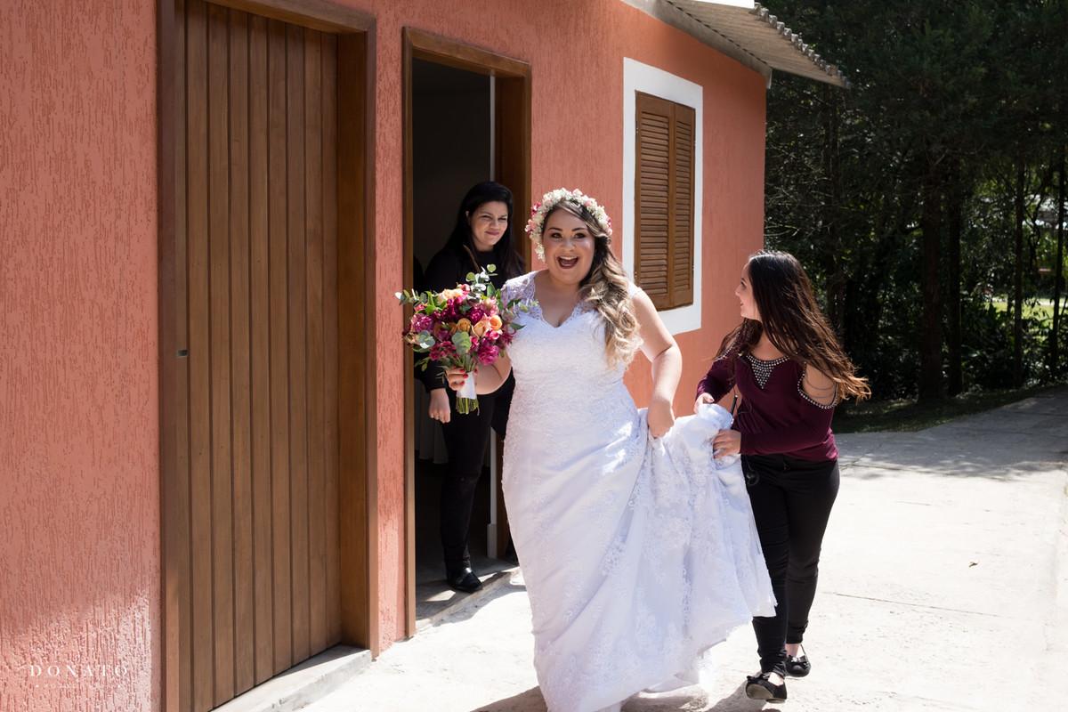 Noiva sai feliz rumo ao casamento no espaço natureza.