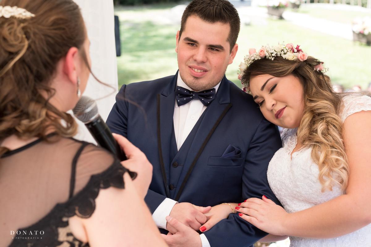 Noiva se encosta no ombro do noivo na cerimonia do espaço natureza.