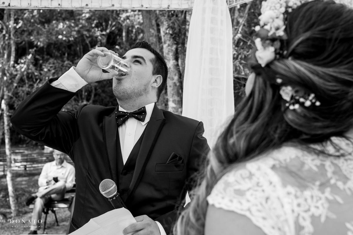noiv bebe agua antes de fazer seus votos para se acalmar.