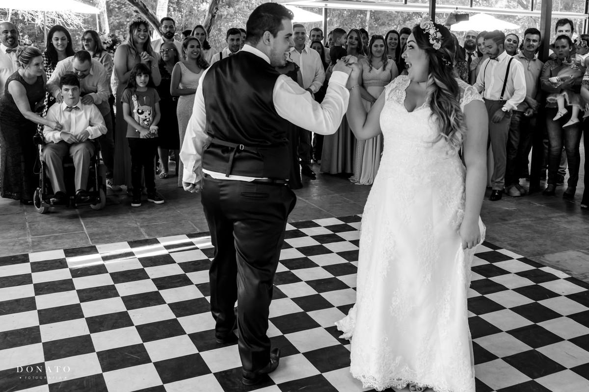 noivos dançam.