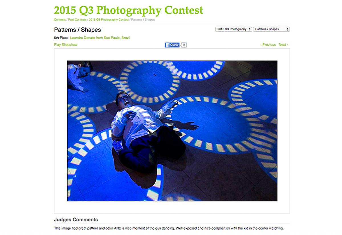 A foto é de um garotinho roqueiro dançaneo entre circulus projetados pela luz do Dj no chão da pista de dança, estes elementos deu a imagem o premio internacional do AGWPJA.