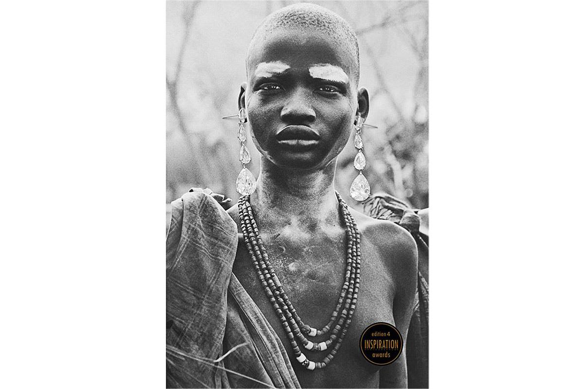 Foto premiada no Inspiration, foto feita da foto do livro do Sebastião Salgado, foi colocado um par de brincos na imagem de uma india careca e com os peitos de fora, imagem forte e ousada.
