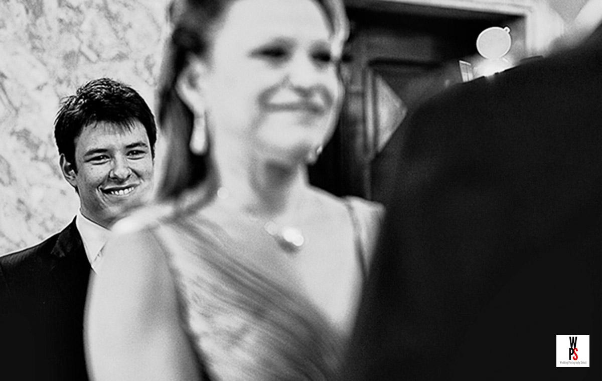 lindo momento mae e filho, com três camadas, a foto se torna forte pelo olhar de satisfação do filho de 18 anos ao fundo, com orgulho do casamento da mae.
