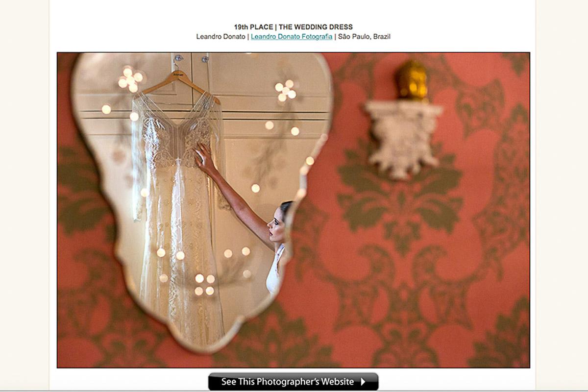 Foto de um espelho onde a noiva é refletida em parte na imagem, a foto ganhou dois prêmios internacionais de casamento.