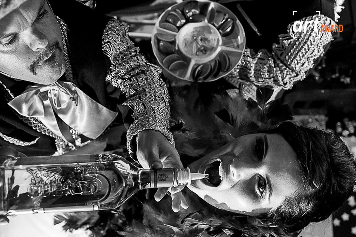 Detalhe da noiva bebendo direto da garrafa de tequila, o angulo incomum da força a imagem.