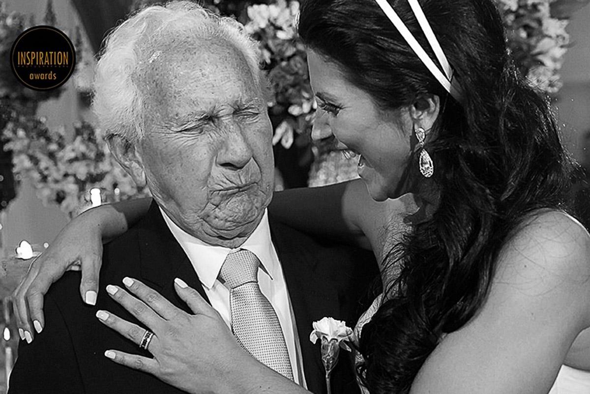 Avó da noiva faz careta ao receber um beijo, a foto é muito divertida e foi premiada no fine art.