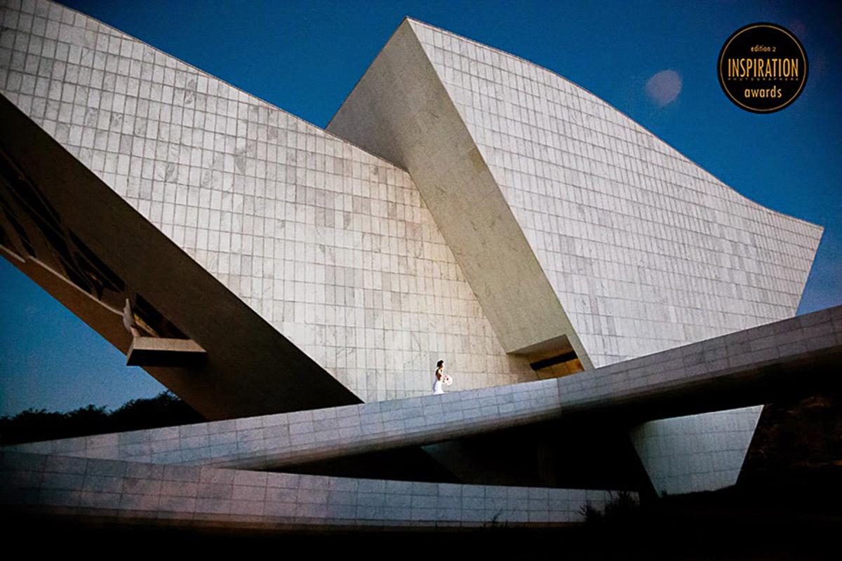 Nova caminha entre uma estrutura em forma de triangulos, a foto ganha força pela geometria forte. Premiada mais de uma vez.