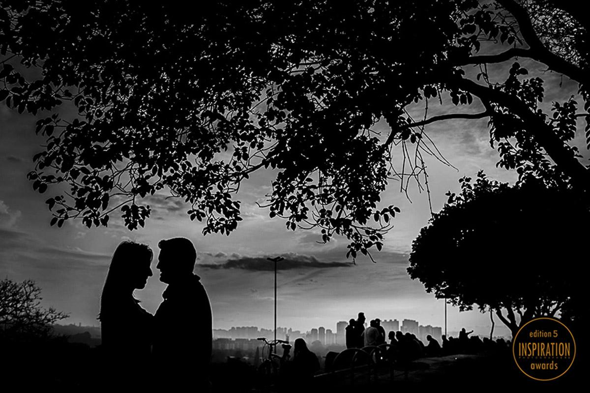 Foto em camadas, noivos em primeiro plano com toda a cidade ao fundo, os tons de cinzas faz a foto ganhar força muito grande.