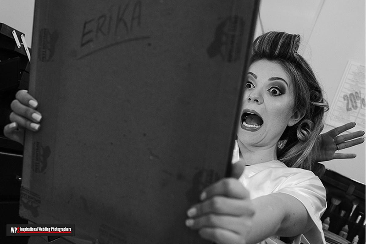 noiva com cara de espanto ao se olhar no espelho, foto muito divertida, a foto foi premiada no concurso wps de fotografos de casamento.