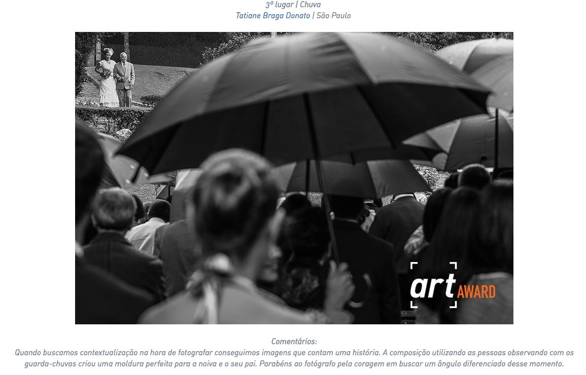 Foto da entrada na noiva entre vários guarda chuvas, esta foto foi premiada na associação fine art.