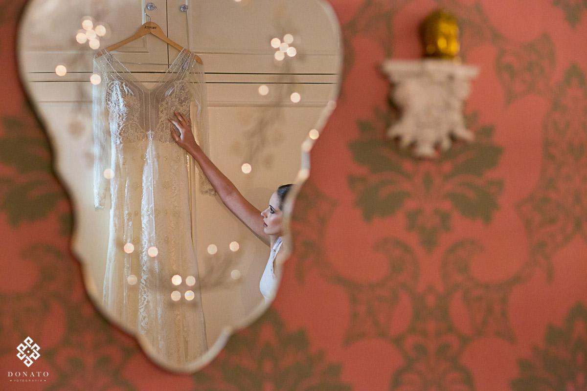 imagem vencedora de dois premios, noiva refletida no espelho com o vestido.