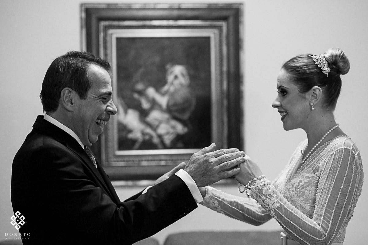 momento de emoção entre o pai e a noiva.