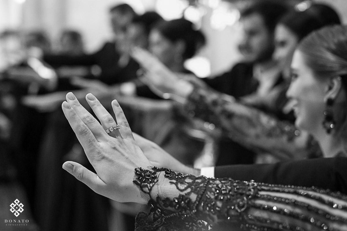 Padrinhos abençoam os noivos na igreja são jose