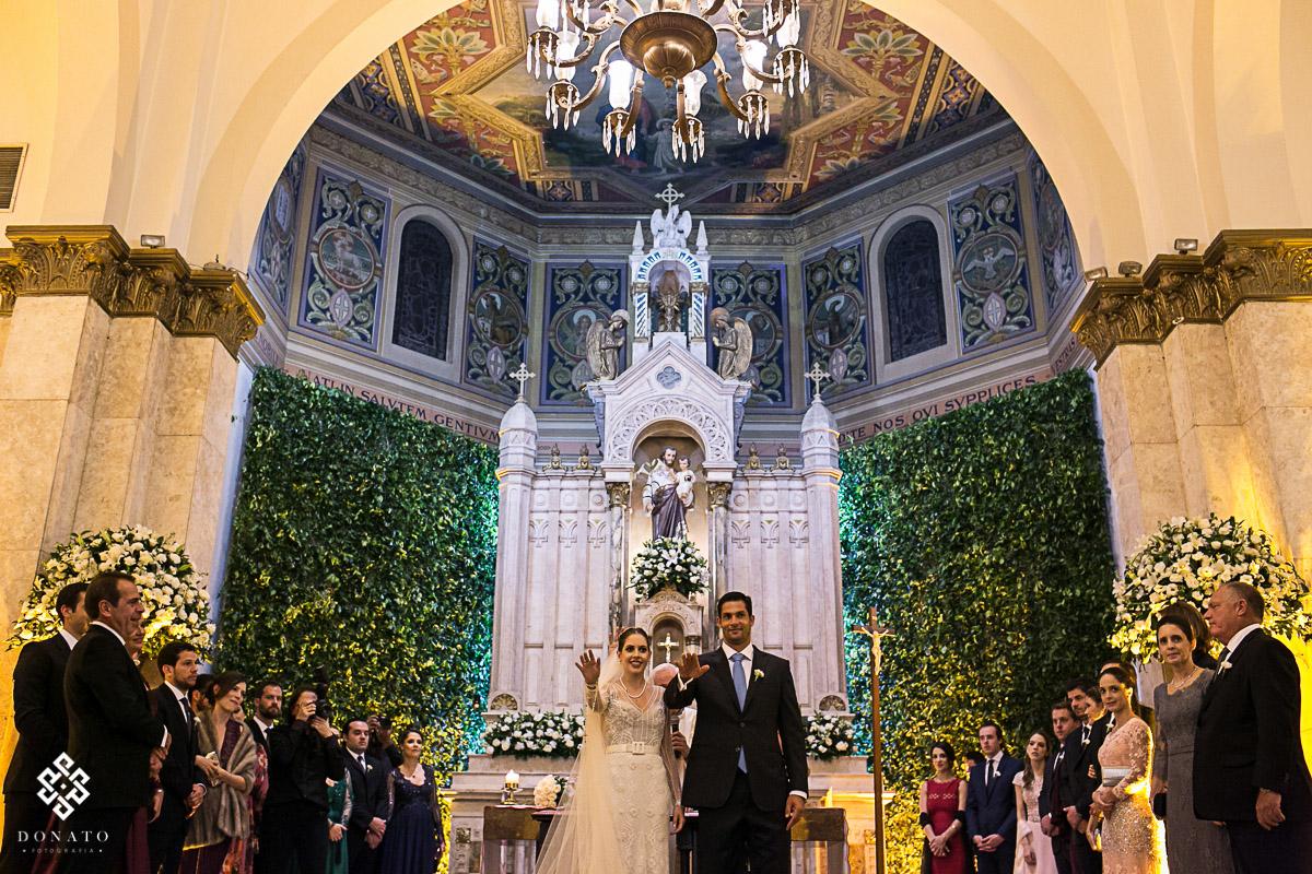 Noivos recebem a benção dos convidados na igreja são jose jd. europa são paulo