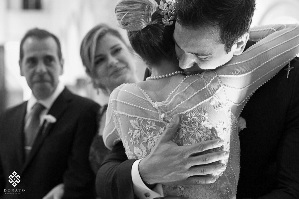 emoção no abraço da noiva e seu irmão, tudo isso na igreja são jose