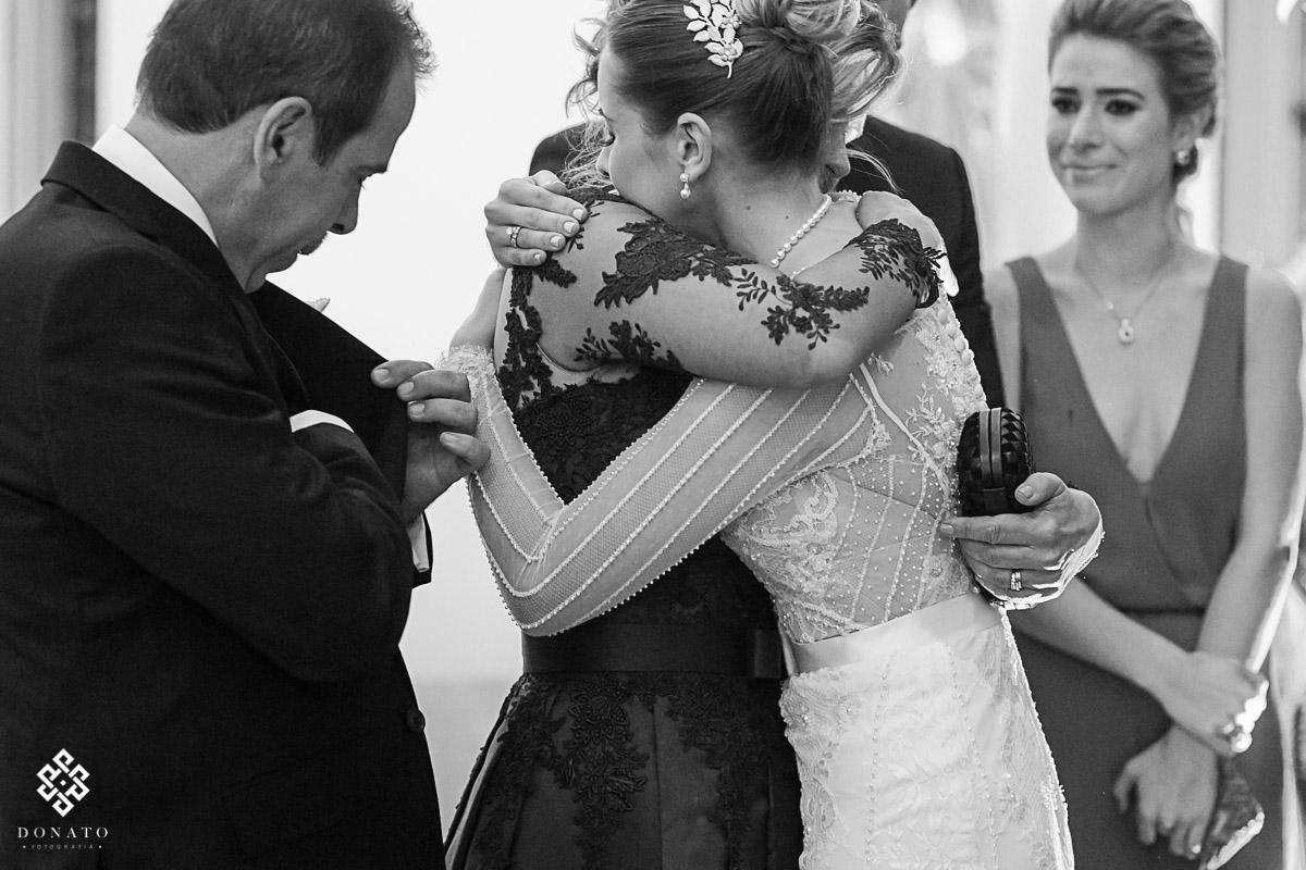 Noiva abraça a mae na igreja são jose