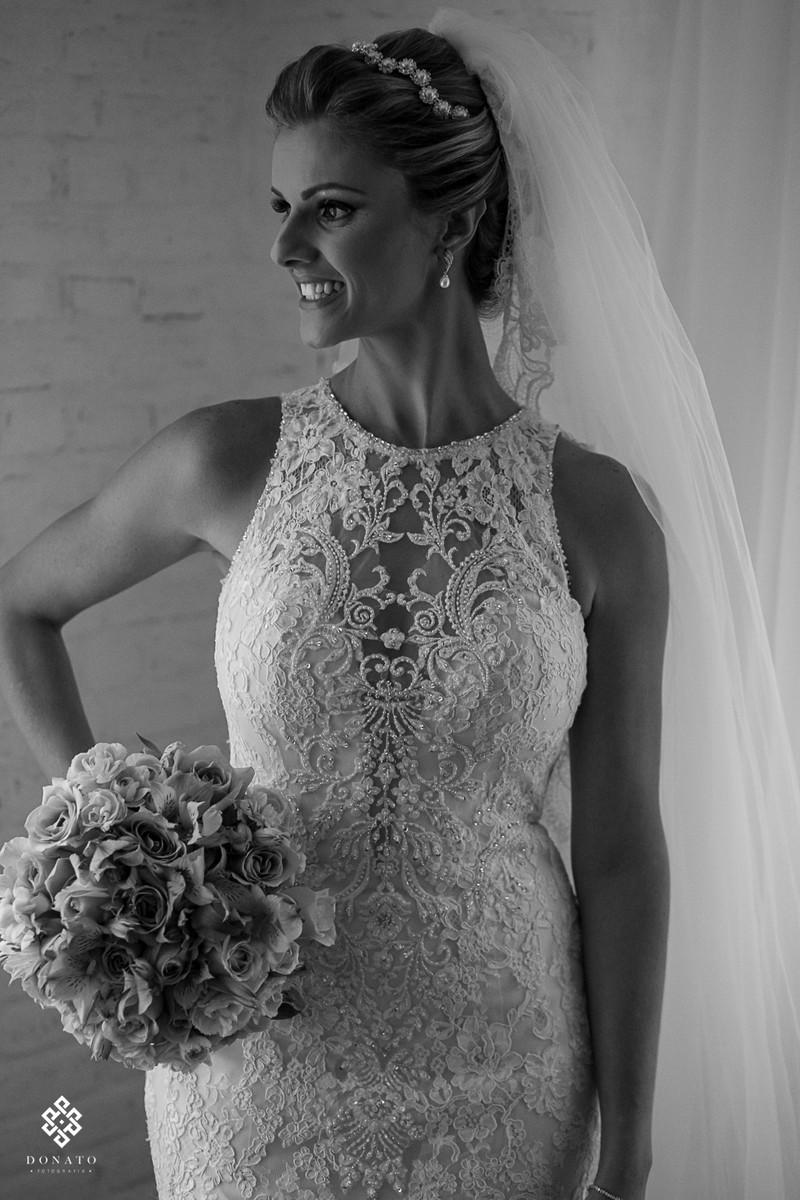 retrato da noiva camila pronta e linda, vestido em renda que emoldura o corpo lindo da noiva.