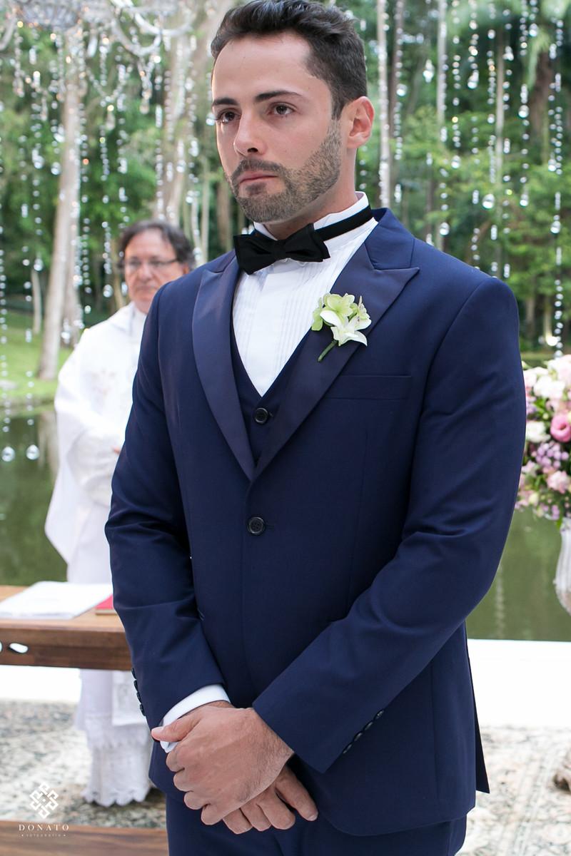 Noivo caio espera no altar a noiva ancioso e com cara de choro, foto emocionante.