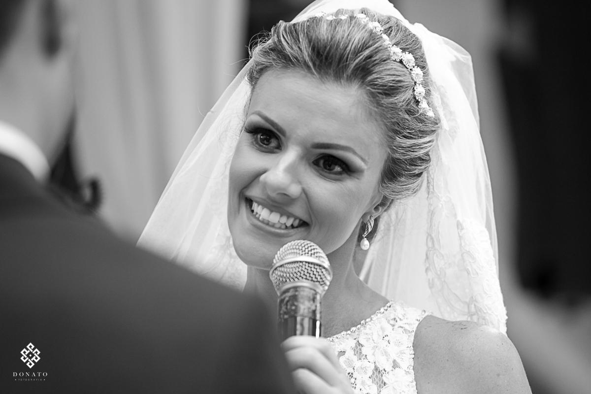 noiva diz sim ao noivo com cara feliz e alegre.