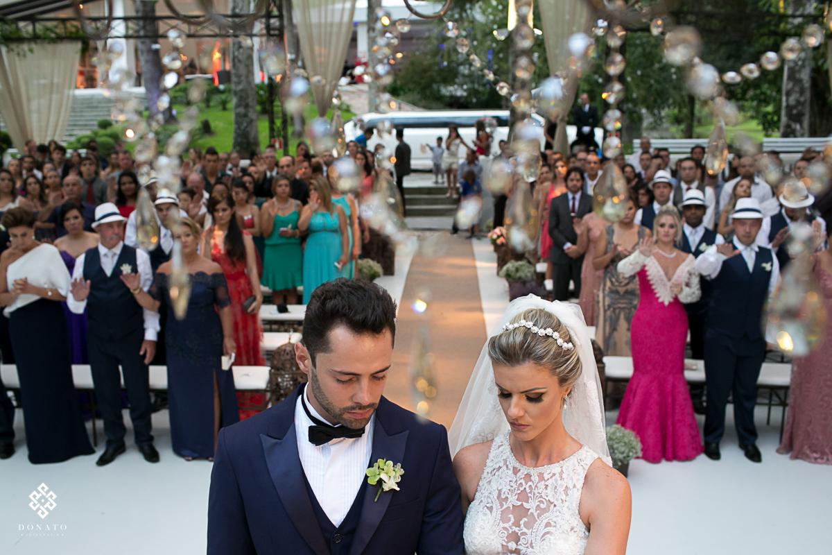 visao geral dos noivos no altar e os convidados ao fundo.