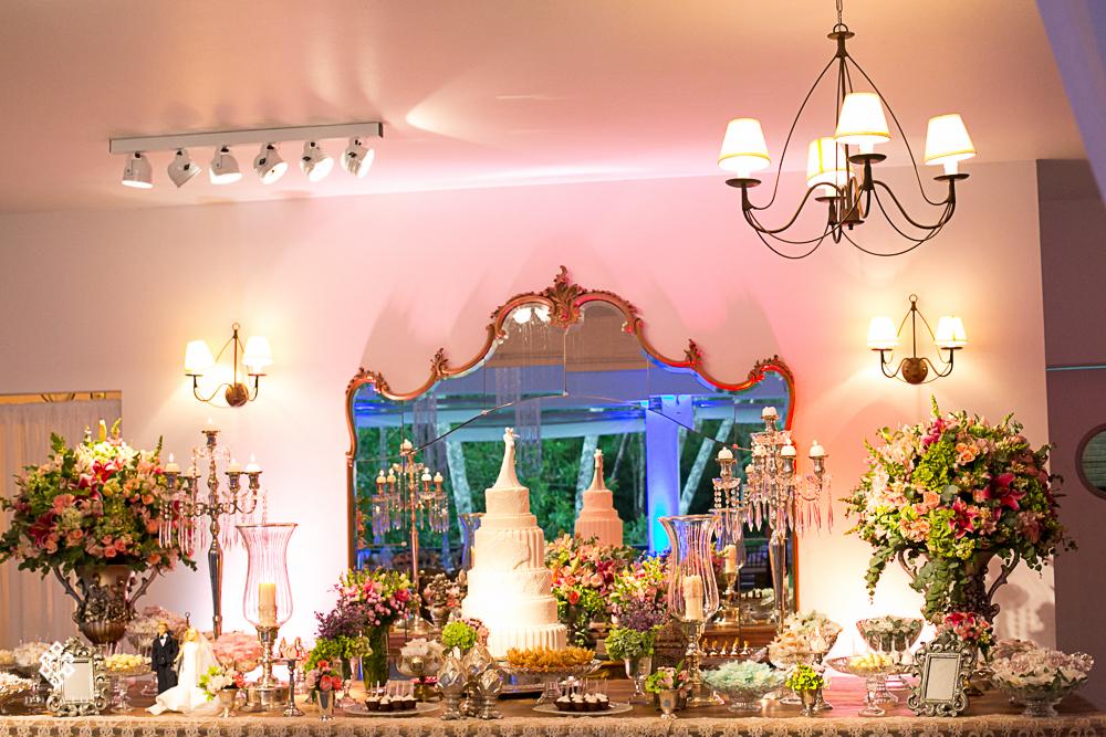 detalhe da mesa de bolo, gramurosa e linda, decoraçao dmo verde, rosa e pink.