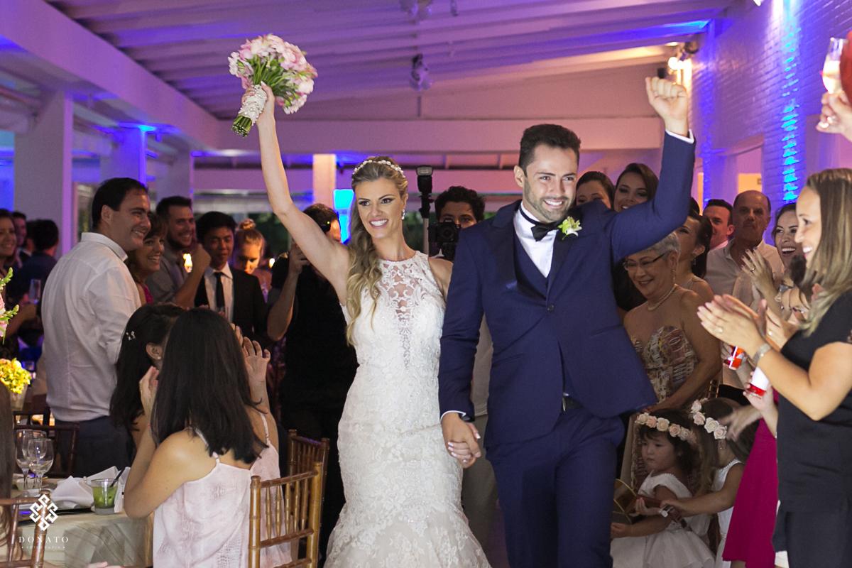 noivos entram na festa e os convidados aplaudem.