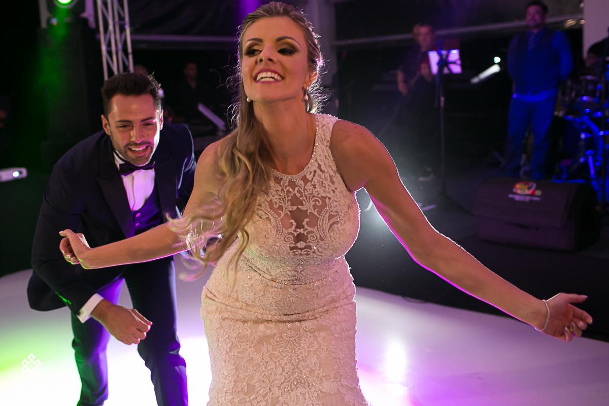 noivos dançam coreografadamente, muito divertido.