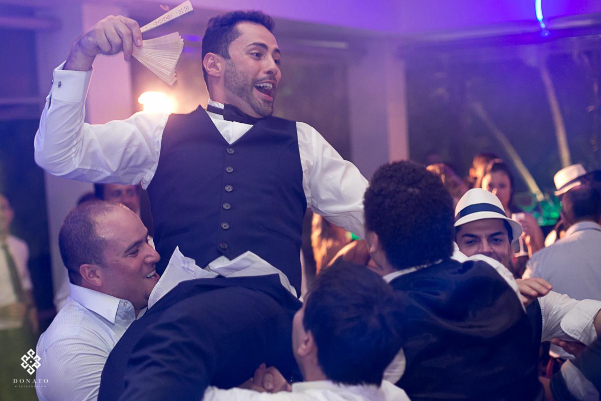 amigos jogam o noivo pra cima, este momento aconteceu no meio da festa.