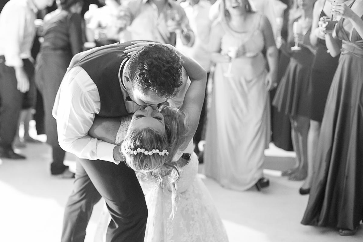 noivo da um beijo romântico no meio da pista de dança.