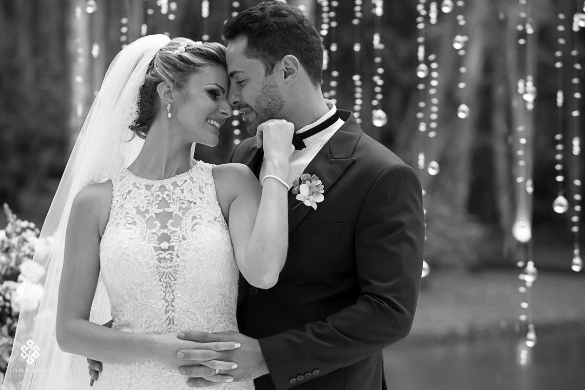 retrato dos noivos carinhoso em branco e preto, linda foto.