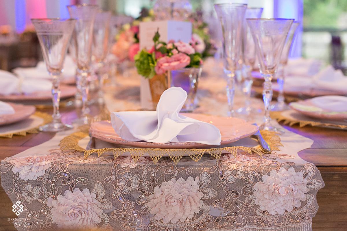 Detalhe da renda na mesa, decoração em rosa tudo muito chique e de bom gosto, estes sao os detalhes do salao de festas deste casamento realizado na fazenda 7 lagoas.