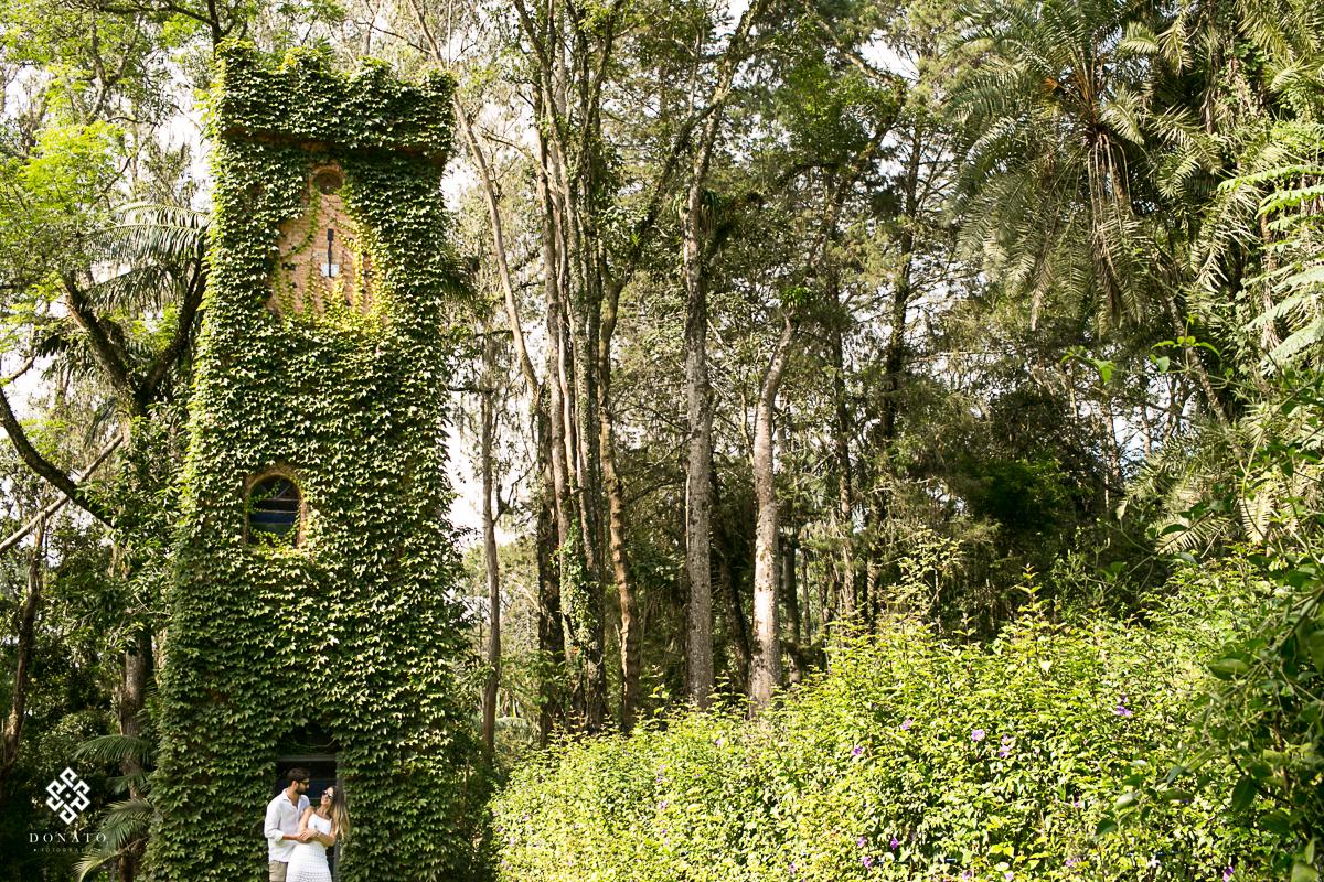foto dos noivos em frente a torre do relógio da fazenda 7 lagoas.