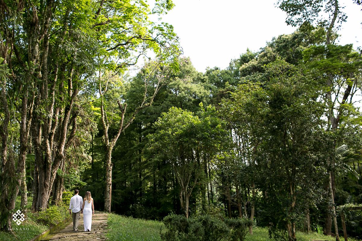 Noivos caminham de maos dadas sentido a sala da noiva na fazenda 7 lagoas.