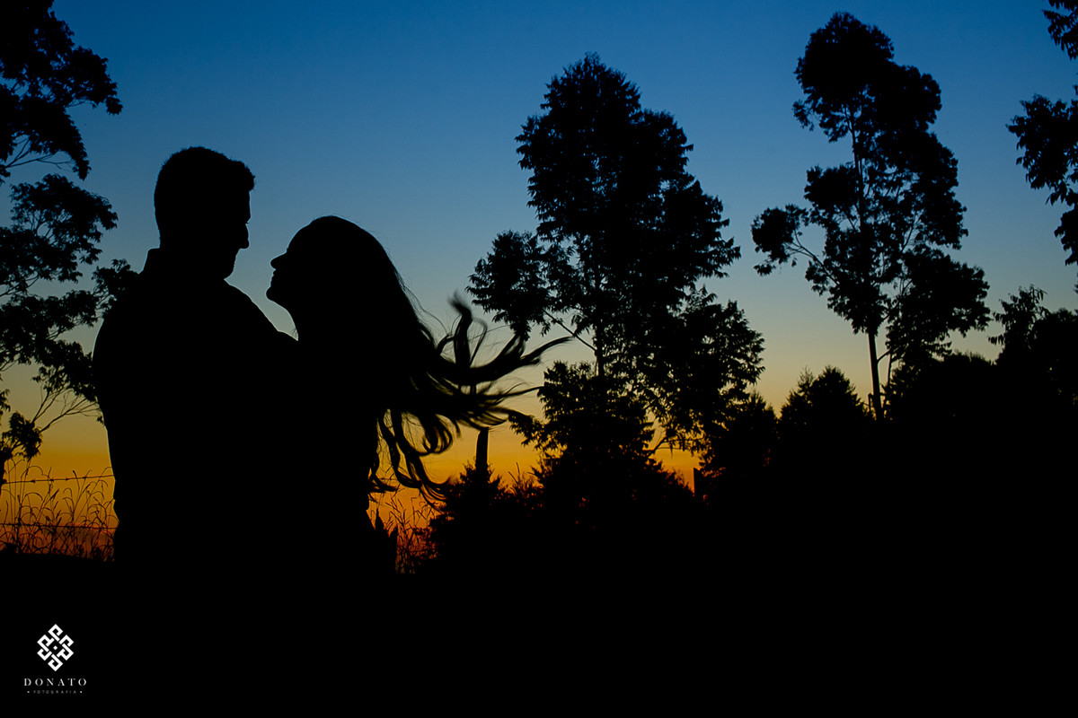 sao-luiz-do-paraitinga-ensaio-pre-wedding-camila-felipe-contra-luz-silhueta