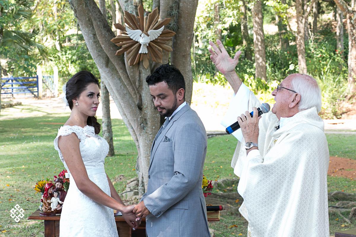 Padre abençoa os noivos.