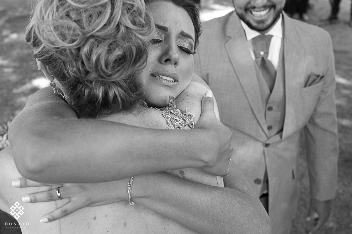 Abraço emocionante da noiva e sua mae.
