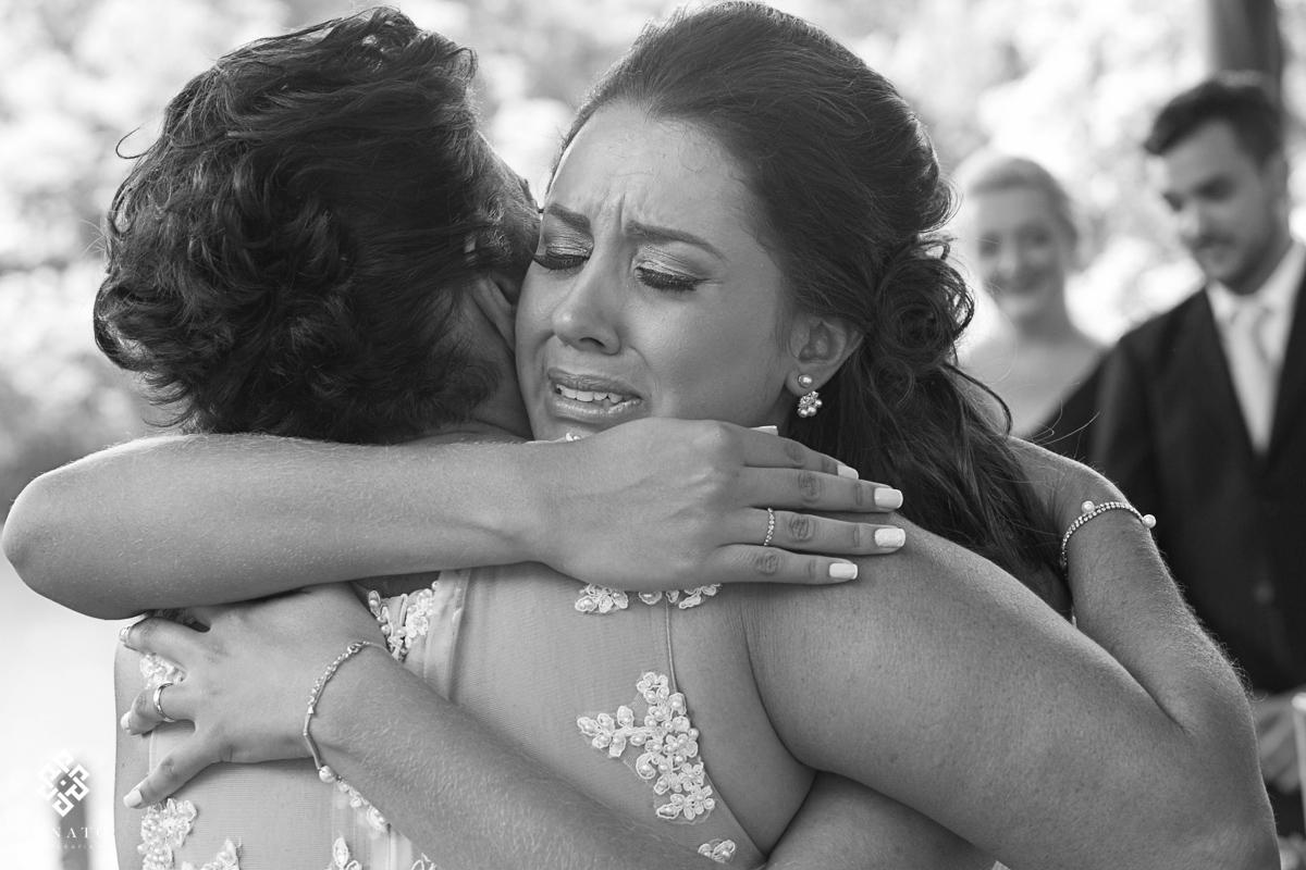 Noiva abraça a sobra e chora de emoçao na cerimonia do casamento,