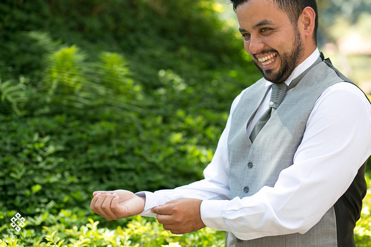 Noivo arruma os detalhes da sua roupa momentos antes da cerimonia.