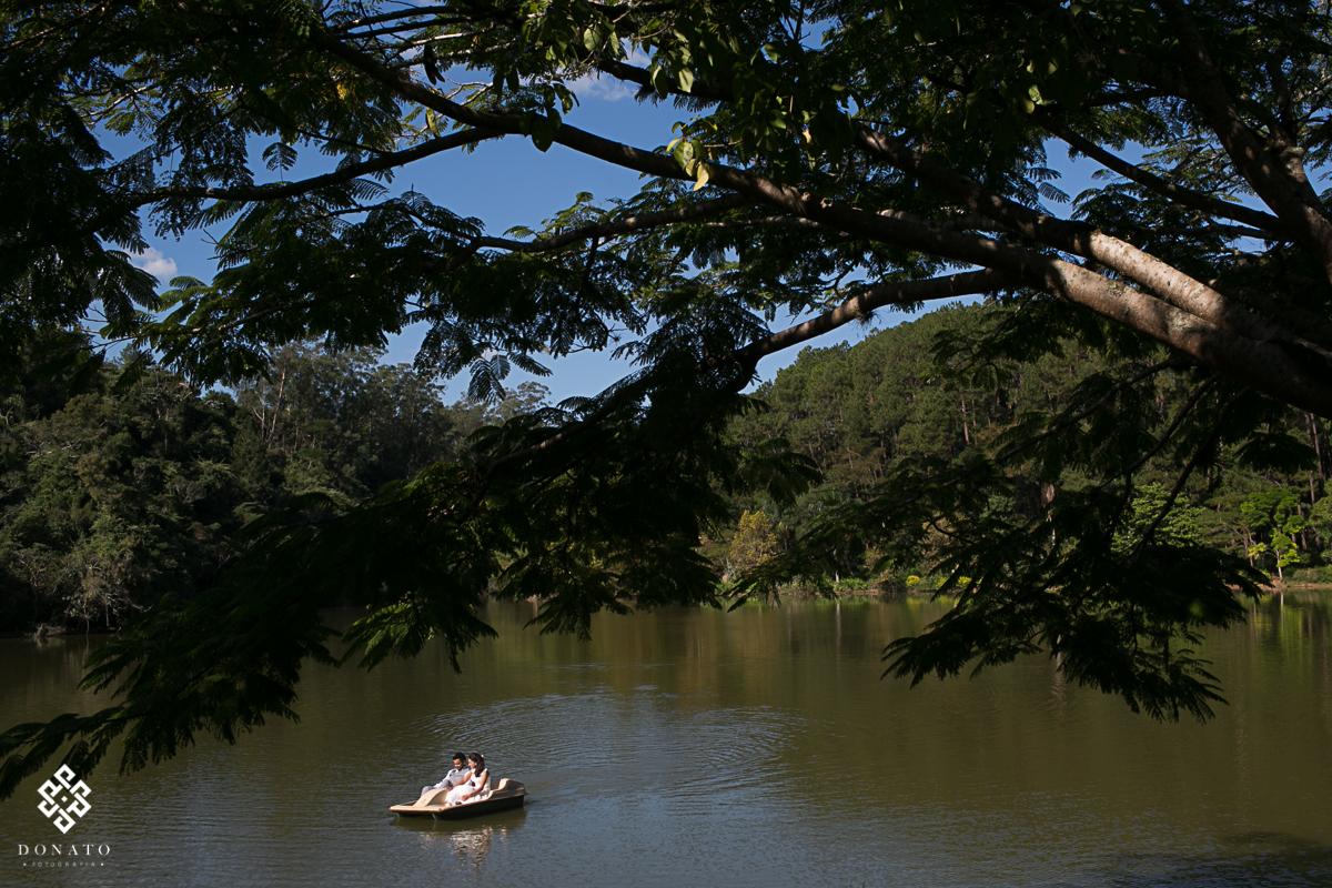 noivos passeiam de pedalinho no lago do recanto santa barbara-sp.