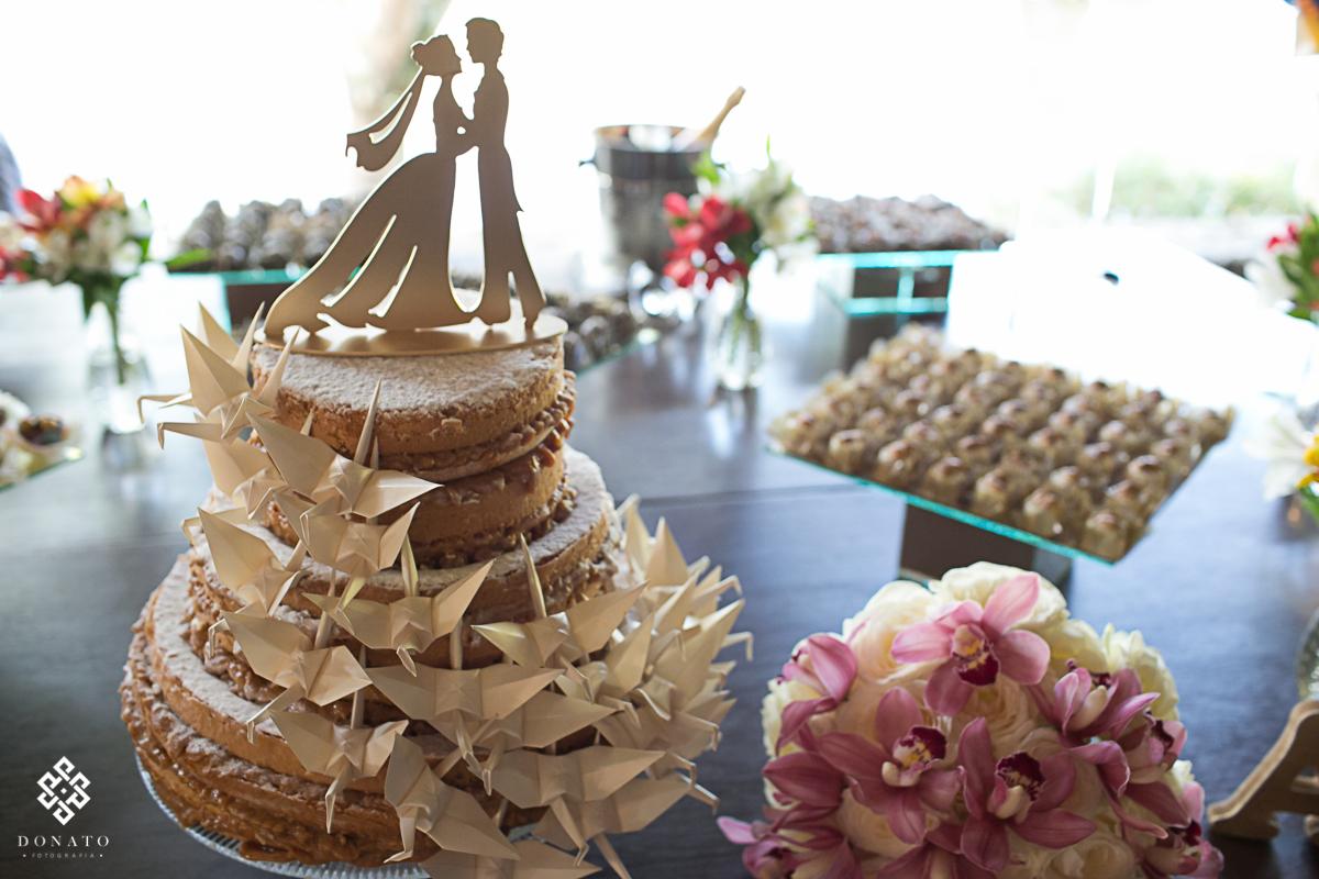 detalhes feitos em origami na decoração do bolo da festa.
