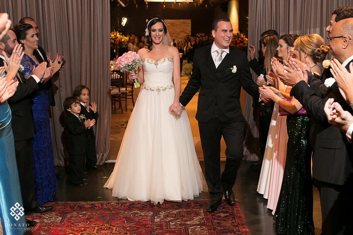 Saida dos noivos do salão villa bisutti, da pra sentr a alegria nos rostos dos noivos e o alivio de ter terminado a cerimonia religiosa.