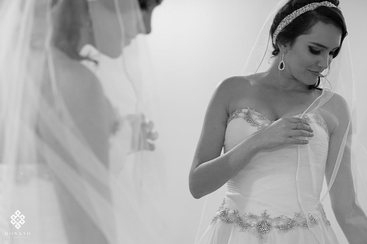 retrato da noiva arrumando o véu, no salão JJ Cabeleireiros.