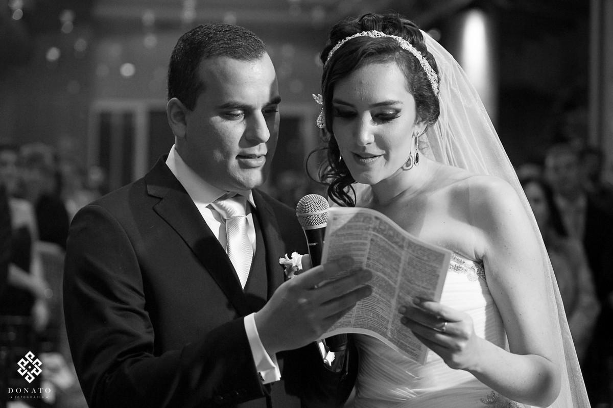 noivos leem uma parte do testamento, imagem muito bonita e forte, toda em branco e preto.
