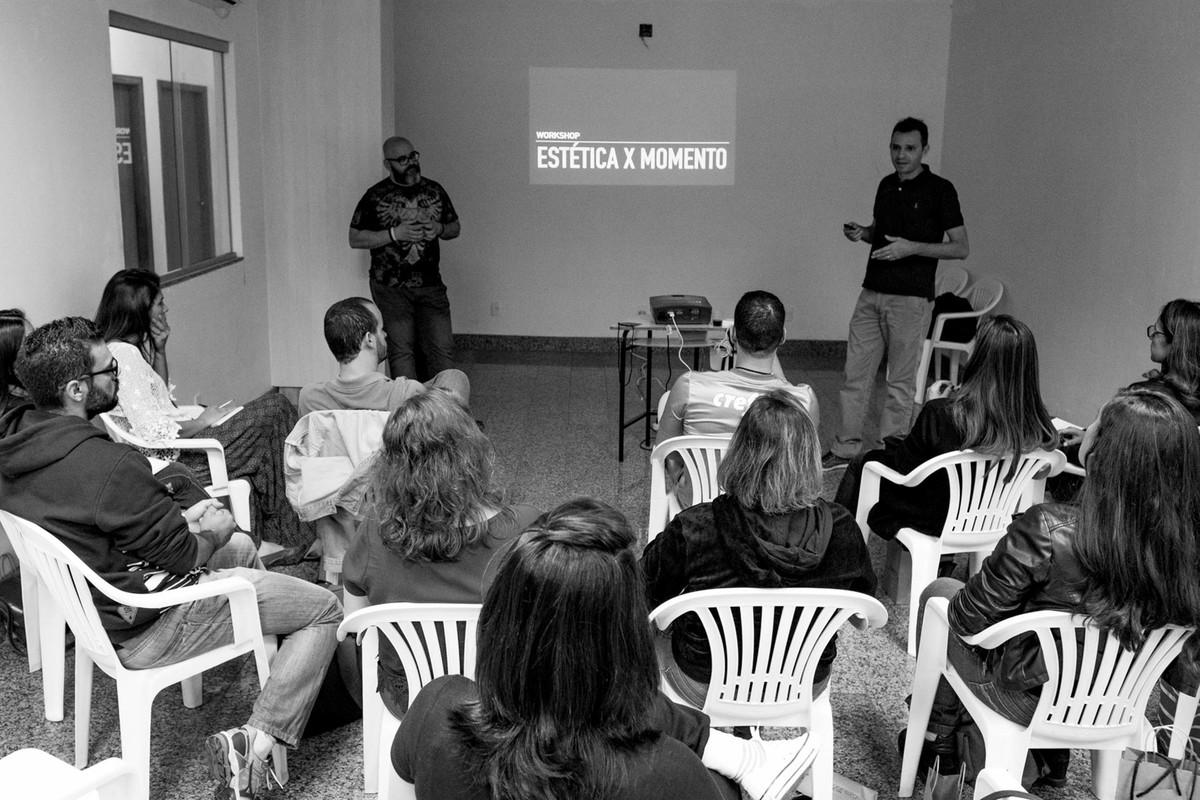 Andre e Leandro Donato, iniciam o curso estetica e momento, a turma assiste sentados.