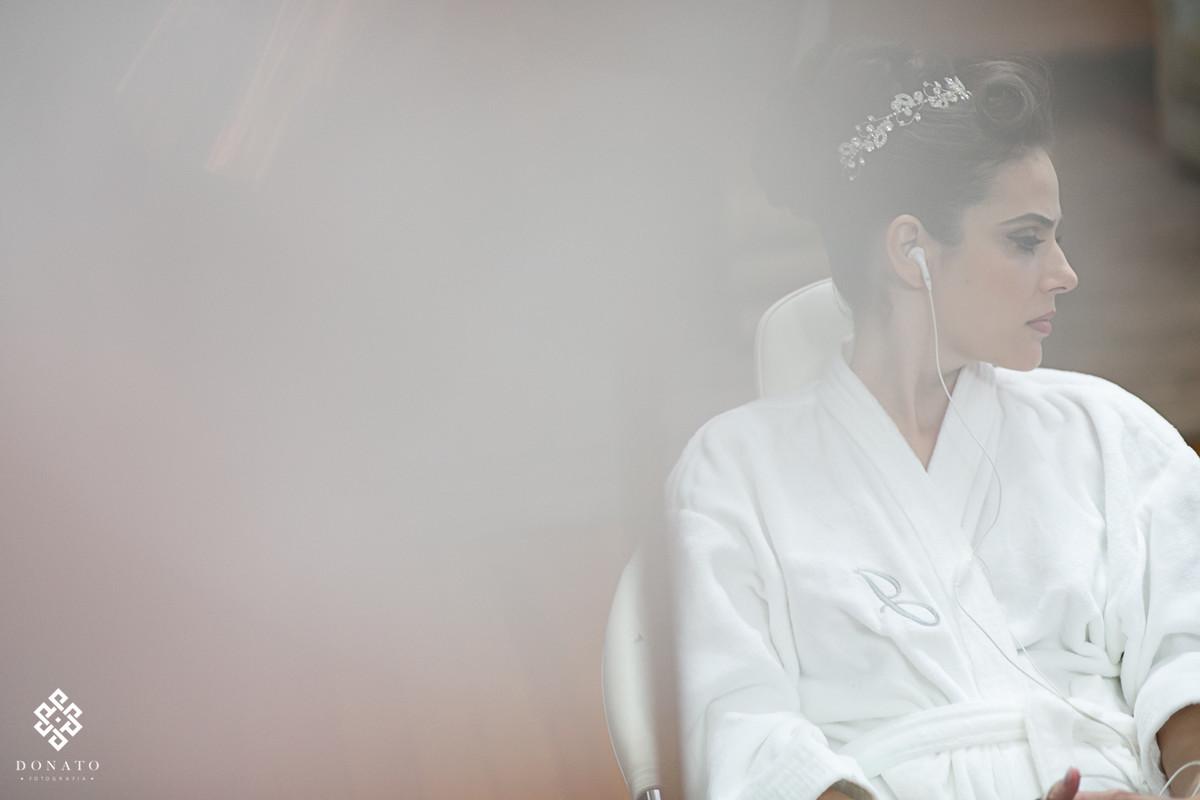 Noiva se preparando, ainda fazendo a maquiagem do dia.
